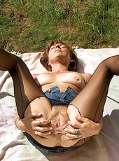 Mature hottie fucks her favorite toy in park