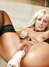 Ravenous Anilos blonde grandma satisfies her seasoned pussy by masturbating with an amazing fuck machine