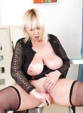 Hot Anilos cougar Kimi fucks her pussy with a pink sex toy and gets off