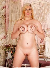 Anilos Michelle B finds time to be alone to get naked and oiled