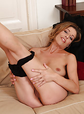 39 year old Linda Cain from crams her fingers into her mature pussy