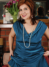 Elegant MILF Veronica Devil slips off her dress and spreads her legs
