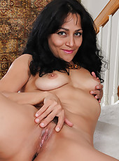 Elegand and beautiful Liza Rene tugs at her mature trimmed beaver