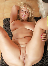 62 year old Samantha T from AllOver30 gives us an eye full of pussy