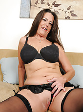 Lacy brunette MILF Tia licks her nipples and spreads her mature box