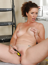 Horny MILF Tammy Sue decides to pause work to play with her pussy