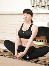 Lblack haired horny housewife RayVeness practicing naked yoga