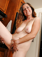 47 year old Nicola breaks from housework to spread hairy snatch