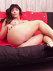 Milf babe with a nice dark pussy gives it a hand