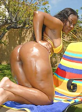 Super sexy ebony babe with a killer booty gets nailed and creamed on in these pics