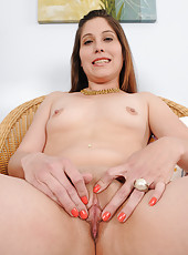 Petite and shaven Jamie Lynn Skye spreads her clean beaver wide