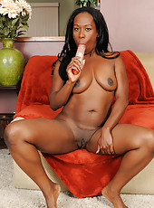 Chocolate housewife Sammi Ross stuffs her pussy full of pink toy