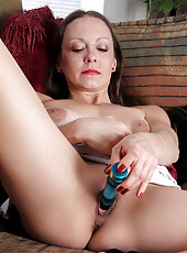 Hot Sydney Johnson shoves a dildo deep into her juicebox