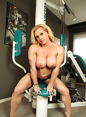 Come workout with the bodybuilder Joanna Thomas..naked!