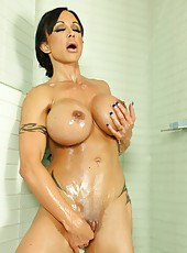 Shower and oil time with the sexy fit babe Jewels Jade.