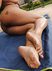 Sexy ebony MILF Jade Nicole mades a muddy mess with her feet