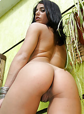 Sexy brazillian babe gets creamed in the jakoozi here in these pics
