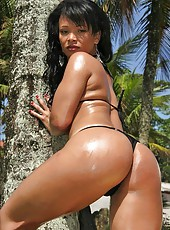 Quezias got the most amazing brazilian ass in these hot bikini sex pics