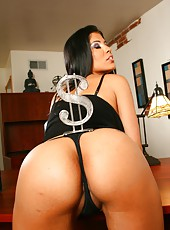 Delicious brunette milf Alexis Amore demonstrates her great body