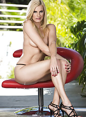 Super hot blonde lady Darryl Hanah with incredibly burning eyes poses naked