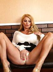 Gorgeous face, huge breast and amazing experience by mature blonde Taylor Wane