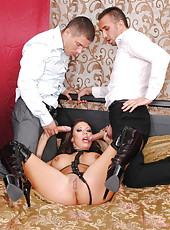 Bright slut Mason Moore invited two handsome fellows and got a double penetration