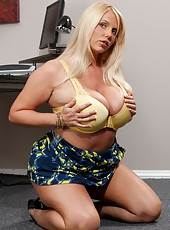 Fatty blonde Karen Fisher takes off her panties and gets a hot cunnilingus