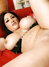 Radiant brunette Cathy Barry making an awesome blowjob for her boyfriend