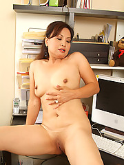 This MILF gets herself off after reading a steamy note at the office