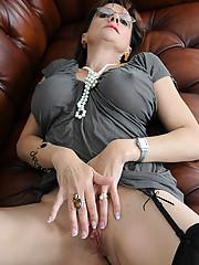 Lady sonia fingering cunt