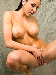 Audrey Bitoni lands her pretty ass in the shower
