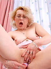 Anilos blonde mom pulls her favorite vibrator out of her bag and gives her lonely pussy a sensational drill