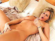 Mesmerizing blonde babe plays with her fuck box in bed