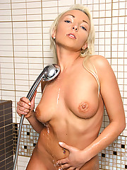Coed hottie Gelya spreads her wet pussy on the bathtub and flaunts her curvy body