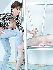 CFNM mature masturbatrix milking