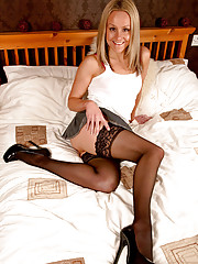 Blonde Anilos Emma Starr fingers her juicy fuck hole in bed