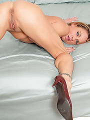 Sex craving cougar Amanda Blow fucks her shaved pussy with a dildo