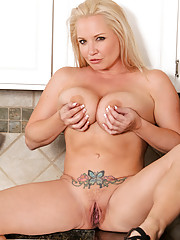 Anilos cougar proudly displays her big tits and plays with a toy