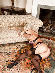 Sweetheart milf Charlie Z gets lewd in the living room