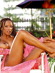 Playmate of the Month November 2002 - Serria Tawan�