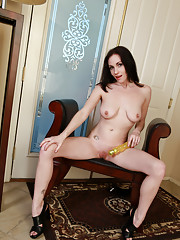Seductive mommy shoves a vibrator into her smooth shaved twat